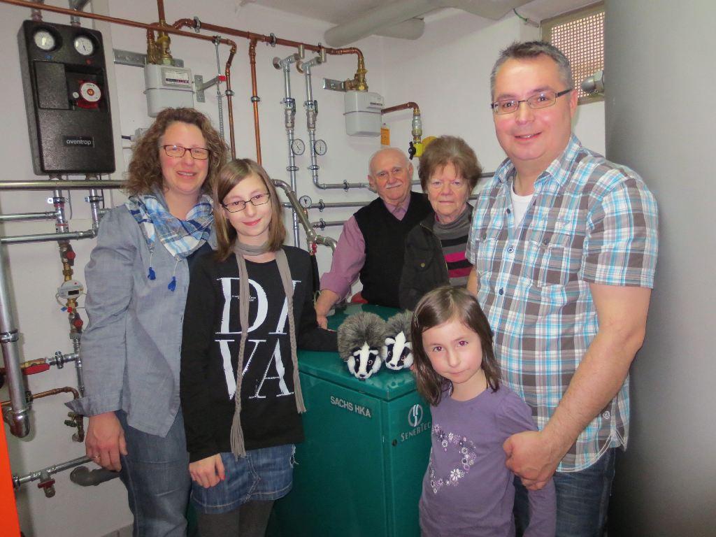 Zwei Familien stehen in einem gemeinsamen Heizungsraum