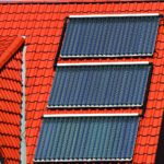 Solarplatten auf einem roten Hausdach