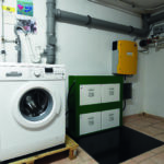 Durch Fotovoltaik-Strom wird eine Waschmaschine betrieben und durch Smart Home gesteuert
