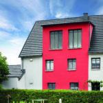 Ein Einfamilienhaus mit einer modernen Fassadendämmung